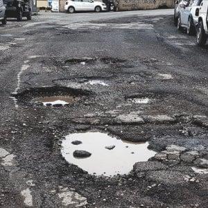 Roma, centauro ferito dopo incidente a causa di una buca: indagato tecnico manutenzione strada