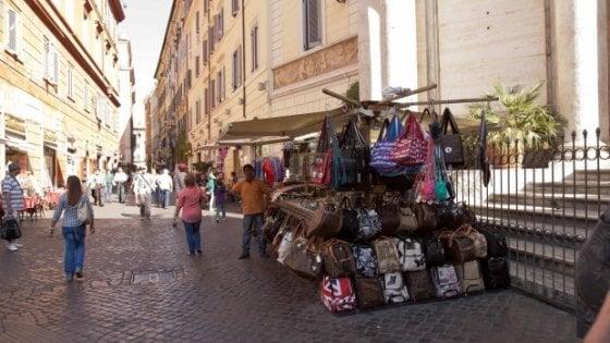 """Roma, bancarelle via dal Centro:  è scontro. Il Comune: """"Ci pensino i Municipi"""""""