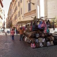 Roma, bancarelle via dal Centro:  è scontro. Il Comune: