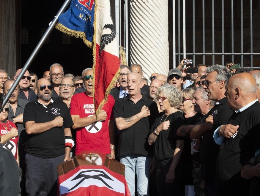 """Delle Chiaie, funerali blindati per il """"comandante"""" nero"""