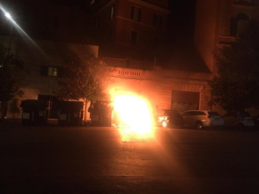 Emergenza rifiuti a Roma, cassonetto in fiamme in via Lanza