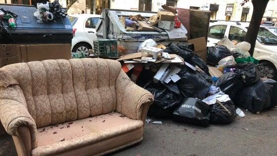 Rifiuti a Roma, torna lo spettro dell'emergenza: città sporca, 1.500 tonnellate non raccolte