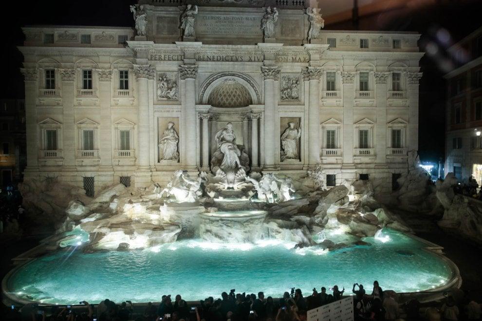 Fontana di Trevi, ecco la nuova illuminazione. Ma intorno le solite bancarelle