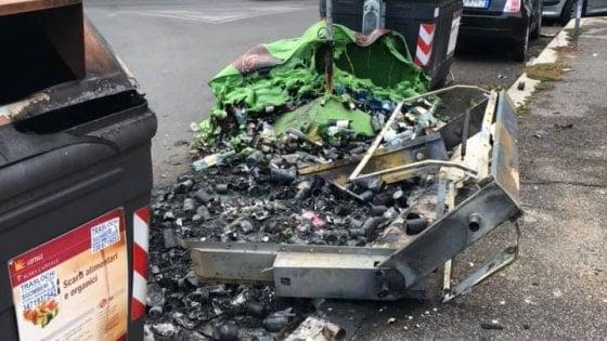 Roma, fiamme nella notte a Monteverde: distrutti sette cassonetti