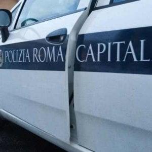 Roma, finisce con l'auto in un fosso mentre è al telefono: morta donna di 28 anni