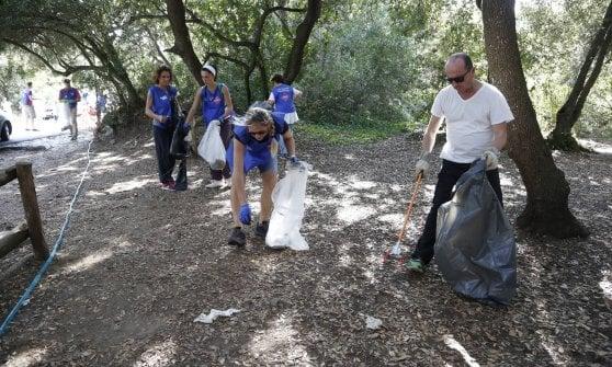 Roma, la carica dei cinquecento per pulire la pineta di Castelfusano