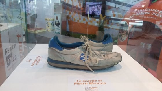 Roma, una pista di atletica ricavata dal riciclo di scarpe da ginnastica usate. Ci sono anche quelle di Mennea