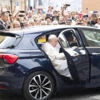 Migliaia di fedeli per il Papa a Albano Laziale. E lo street artist Maupal gli dedica un murale