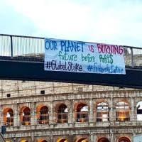 Clima, al Colosseo lo striscione