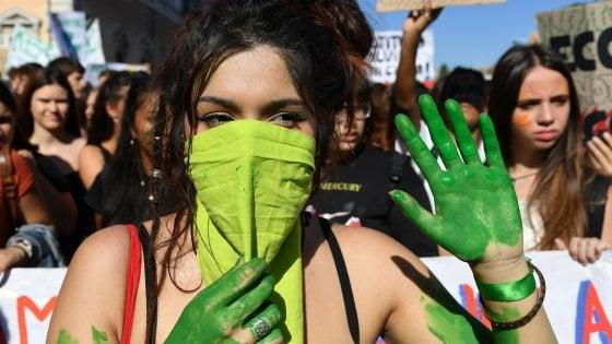 """Roma, migliaia di studenti in piazza per il clima: """"Il nostro futuro vale più dei vostri profitti"""""""