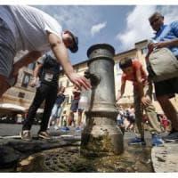 Roma, i cittadini bocciano tutti i servizi tranne l'acqua. Maglia nera alla pulizia delle strade