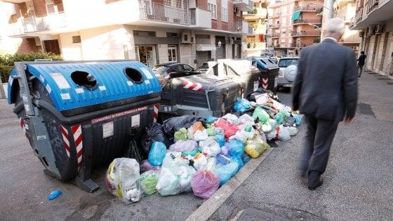 Rifiuti, emergenza fuori controllo: il destino di Roma, sommersa dall'immondizia