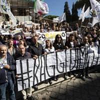 Campidoglio, sit in della Lega contro Raggi. I 5S offrono mojito a Salvini:
