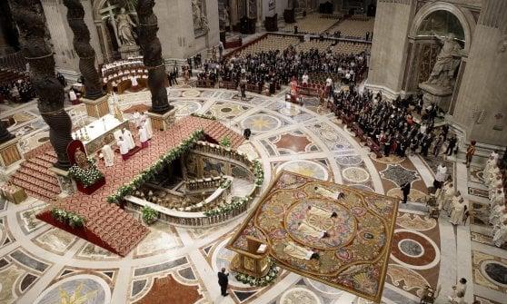 San Pietro, cadono frammenti del soffitto durante la messa celebrata dal Papa
