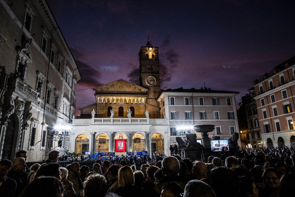 Messa in piazza Santa Maria, Trastevere saluta il neocardinale Zuppi