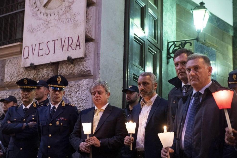 Poliziotti uccisi a Trieste, commozione e lacrime alla fiaccolata davanti alla questura di Roma