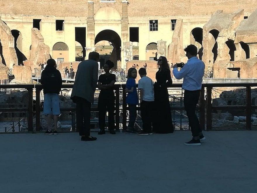 Angelina Jolie, visita al Colosseo con figli al seguito