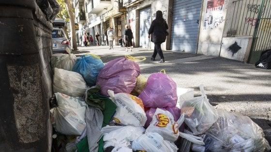 Rifiuti Roma, mancata differenziata nei negozi: procura apre un'inchiesta
