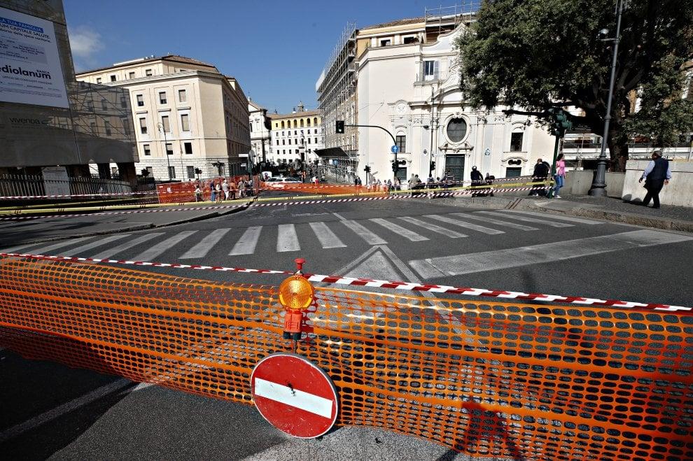 Roma, traffico in tilt per la voragine in via San Pio X