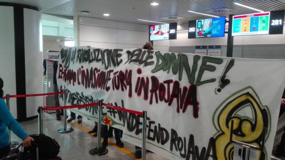 """Aeroporto Fiumicino, blitz degli attivisti Rete per il Kurdistan al banco Turkish Airlines. """"Stop armi a Erdogan"""""""