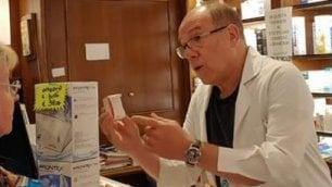 Verdone in camice bianco  si improvvisa farmacista