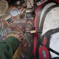 Roma, sigilli al Nuovo Cinema Palazzo di San Lorenzo, ma gli attivisti rientrano