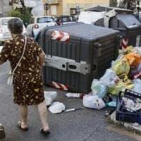 Roma, cade in una buca per raggiungere i cassonetti con l'immondizia accatastata: