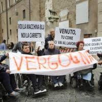 Roma, il blitz dei disabili contro il caos trasporti: Raggi riceve una delegazione