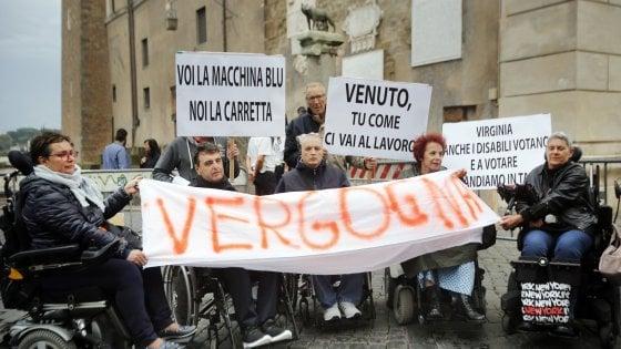 """Roma, disabili in piazza in Campidoglio contro il nuovo servizio trasporti: """"Negato il diritto alla mobilità"""""""