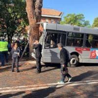 Roma, un bus finisce contro un albero sulla Cassia: una quarantina i feriti