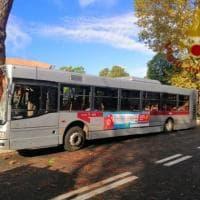 Roma, paura sulla Cassia: bus finisce contro un albero. Una quarantina i feriti: nessuno in pericvolo di vita