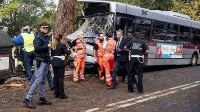 Autobus contro un albero sulla Cassia l'autista indagato per lesioni   le foto