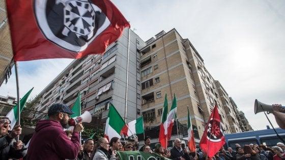 Manifestazioni a Roma, CasaPound sfila con la Lega. I gazebo anti-Raggi del Pd