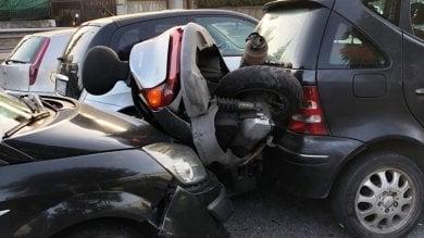 Lo insegue, poi lancia l'auto contro lo scooter del rivale e lo schiaccia: arrestato