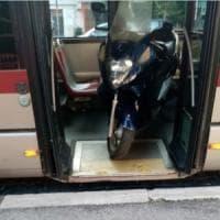 Roma, autista carica il suo scooter sul bus e lascia a terra i passeggeri