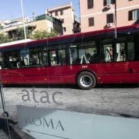 Roma, litiga con la fidanzata e rompe vetro di un bus con una testata