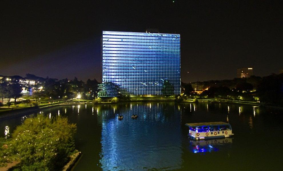 Luci nella notte dell'Eur: il palazzo Eni si illumina con un colossale videomapping