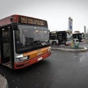 Roma, vuole scendere dal bus sotto casa sua: minaccia autista e spacca vetro
