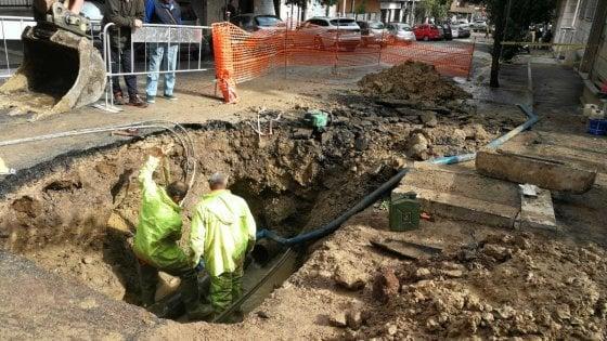 Roma, perdita d'acqua in via di Monteverde: si apre voragine, auto ci finisce dentro