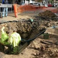 Roma, perdita d'acqua in via di Monteverde: si apre voragine, auto ci finisce