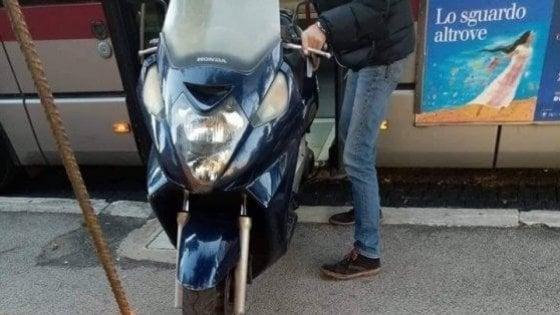 Roma, moto a bordo del bus: sospeso il conducente