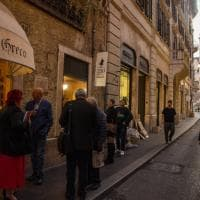 Il lungo addio del Caffè Greco di Roma, Zanda e Cicchitto al presidio.  Sfratto rinviato all'8 gennaio