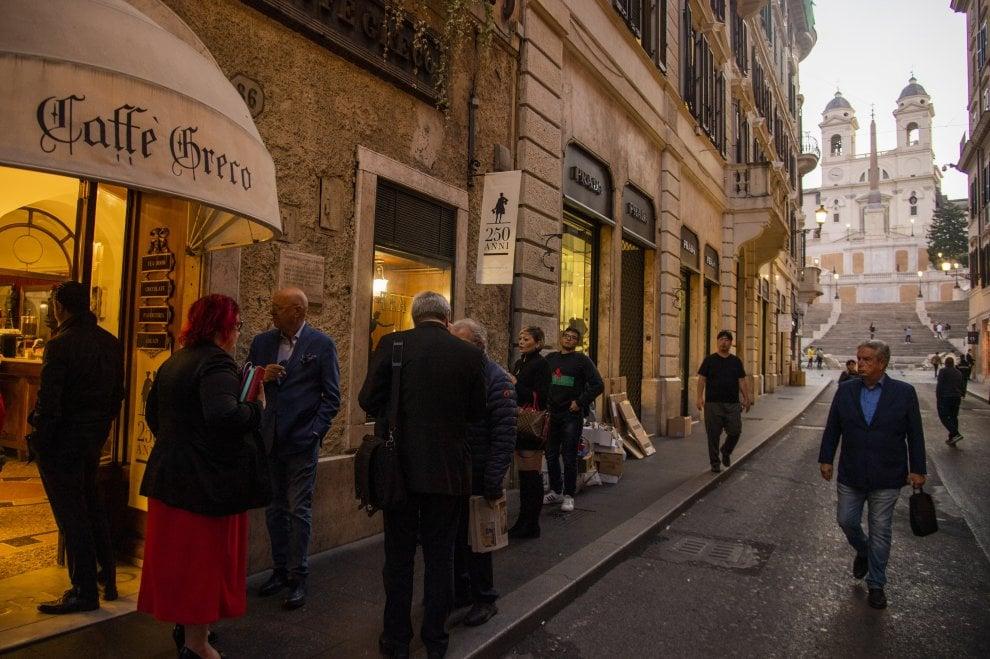 Il lungo addio del Caffè Greco di Roma, Zanda e Cicchitto al presidio.  Sfratto rinviato a fine gennaio