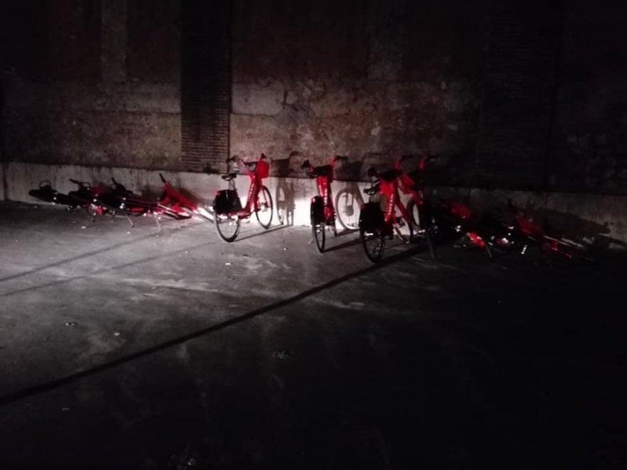 """Bike sharing a Roma, a terra le prime  biciclette elettriche di Uber. """"Atto vandalico?"""""""