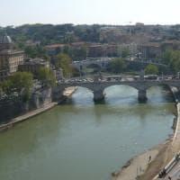 Roma, una camminata lungo il Tevere per chiedere le dimissioni della sindaca Raggi