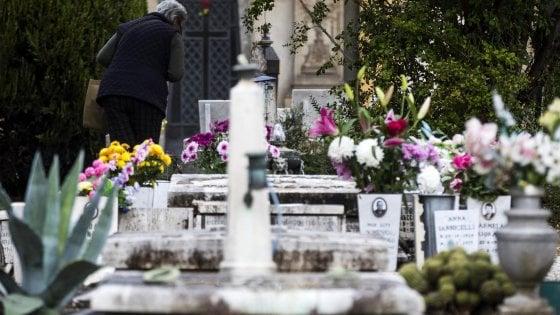 Commemorazione defunti al Verano, da Sordi a Bud Spencer: l'omaggio alle tombe celebri