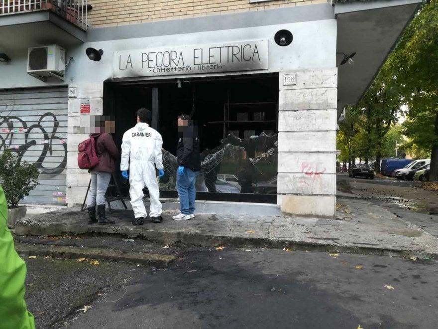 Roma, distrutta la Pecora elettrica, fiamme nella libreria di Centocelle