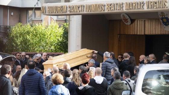 """Omicidio Sacchi, l'addio a Luca: """"La sua morte ha ucciso anche noi"""". Manca Anastasiya"""