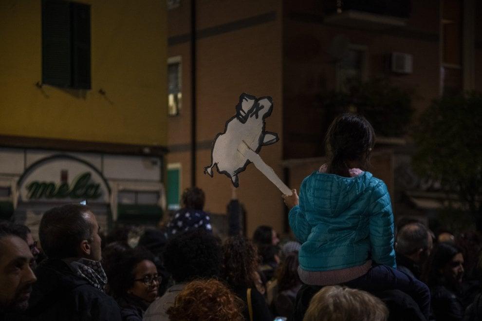 """Libreria bruciata, a Centocelle sfila la """"marcia di autodifesa e di solidarietà"""": in 2 mila con i cartelli a forma di 'pecora elettrica'"""