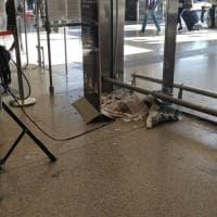 Protestano operatori pulizie e la stazione Termini trabocca di cartacce e secchioni stracolmi